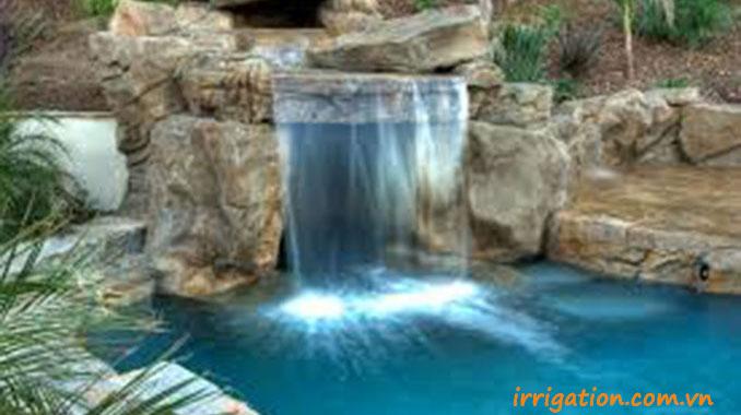 thiết kế bể bơi có thác nước tràn nghệ thuật bằng đá cuội